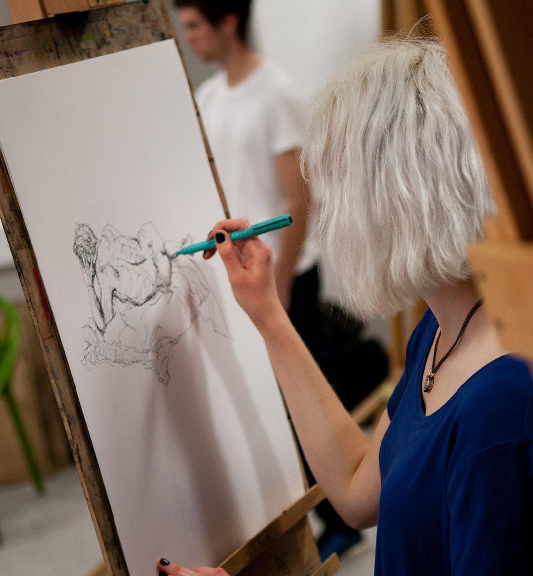 Student draws live model