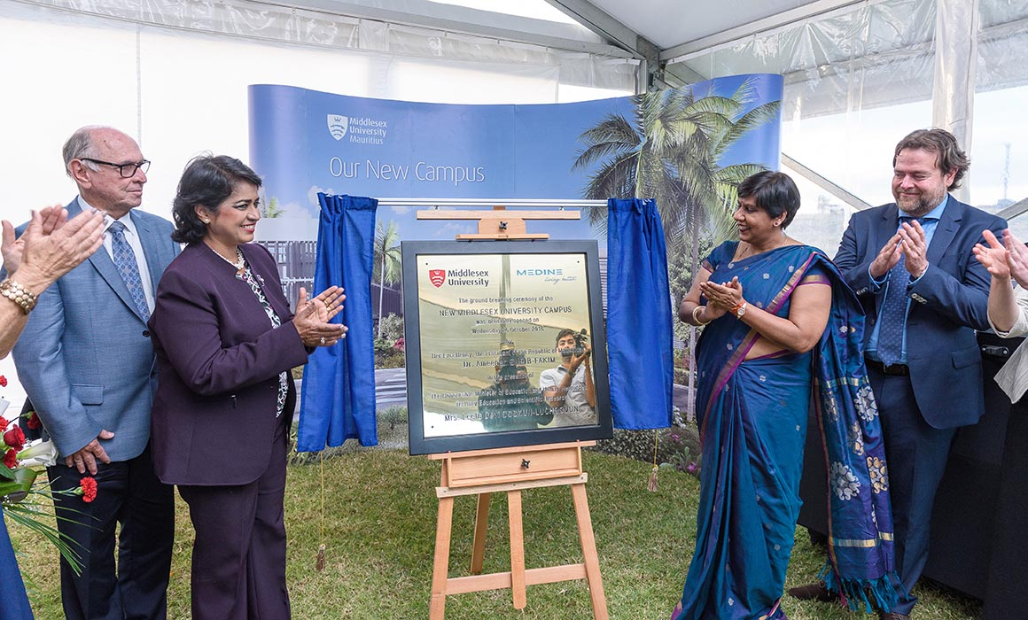 Her Excellency, The President of the Republic of Mauritius, Dr Ameenah Gurib-Fakim, and education minister Mrs Leela Devi Dookun-Luchoomun unveiling the plaque
